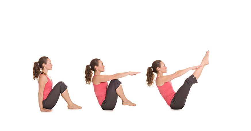 Frau macht Yogaübung Boot