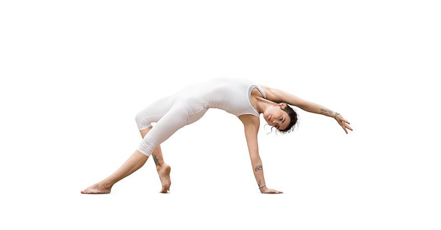 Frau macht Yogaübung Schiefe Ebene