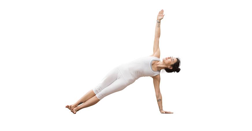 Frau macht Yogaübung Seitstütz