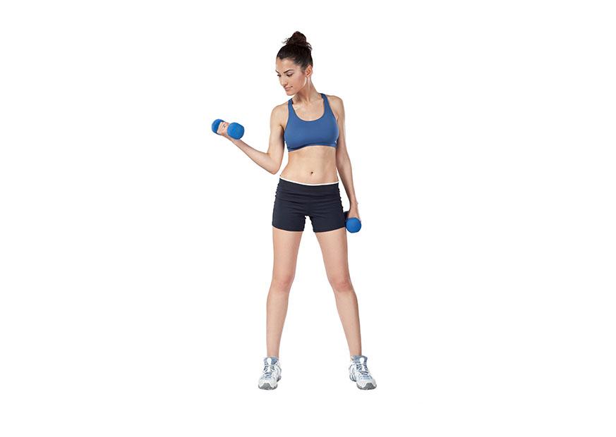 Frau macht Sportübung für die Armvorderseite